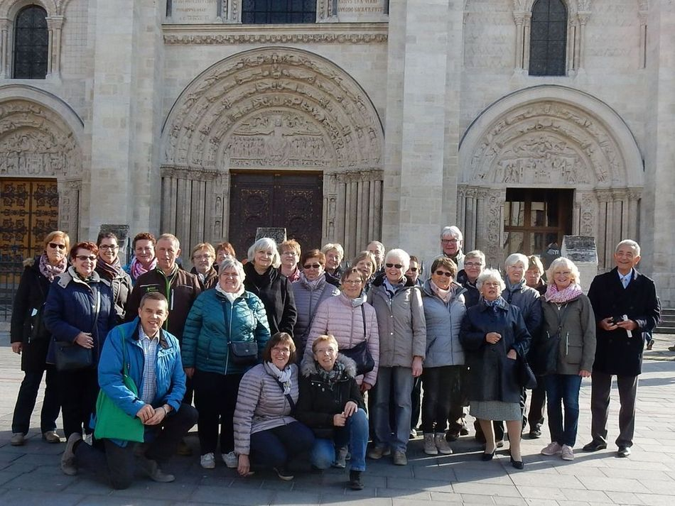 photo de groupe devant la basilique St. Denis